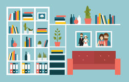 有红色沙发和书架的客厅墙壁 免版税库存照片
