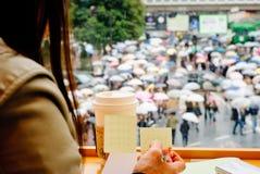 在涩谷著名拥挤的街的平交道口在东京 库存图片