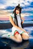 年轻东方女孩、海天空和海滩 库存图片
