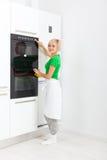 妇女按钮现代厨房器具 免版税库存图片