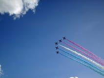 在飞行中皇家空军红色箭头显示队 免版税库存图片