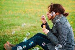 σαπούνι κοριτσιών φυσαλίδων χτυπήματος Στοκ Φωτογραφίες