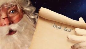 拿着纸卷的圣诞老人特写镜头 免版税库存照片