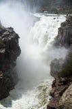 开创者在流动的水库溢洪道 免版税图库摄影