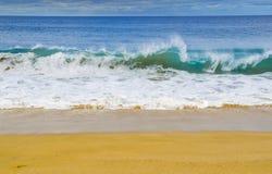 在太平洋海滩的波浪断裂 免版税库存图片