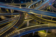 现代城市交通路在晚上 运输连接点 免版税图库摄影