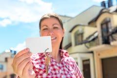 在卡片和房子钥匙的焦点 免版税图库摄影
