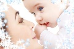 婴孩愉快母亲使用 免版税库存图片