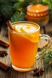 传统香甜热酒冬天饮料用香料 免版税库存照片
