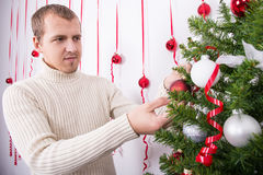 装饰圣诞树的愉快的人画象 库存图片