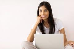 印地安女孩便携式计算机 免版税库存照片