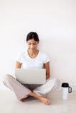 印地安女孩便携式计算机 库存图片