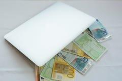 Заработайте деньги онлайн в сумке Стоковые Фото