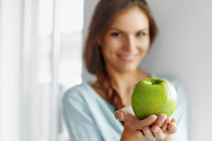 Υγιή τρόφιμα, κατανάλωση, τρόπος ζωής, έννοια διατροφής Γυναίκα με το μήλο Στοκ Εικόνες
