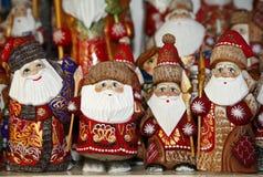 卖在圣诞节市场期间的圣诞老人装饰 免版税库存图片