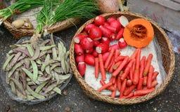 新鲜蔬菜待售在地方市场上 免版税库存图片