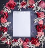 与秋叶、莓果和装饰框架的笔记在木土气背景顶视图关闭空间文本的 免版税库存照片