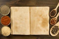 打开葡萄酒书用在木背景的香料 食物健康素食主义者 食谱,菜单,嘲笑,烹调 免版税库存图片