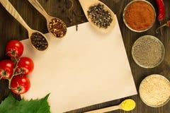 覆盖老葡萄酒纸用在木背景的香料 食物健康素食主义者 食谱,菜单 免版税库存照片