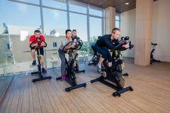 Ομάδα ανθρώπων γυμναστικής στις μηχανές, που ανακυκλώνει στην κατηγορία Στοκ φωτογραφίες με δικαίωμα ελεύθερης χρήσης