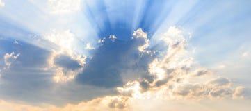 光柱和云彩 免版税库存图片