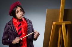 有他的艺术品的滑稽的艺术家 免版税库存照片