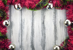 新年题材圣诞树红色和绿色装饰和银色球在白色减速火箭的木背景 图库摄影