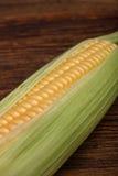 在木桌上的新鲜的玉米棒子玉米,顶视图特写镜头 免版税图库摄影