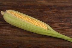 在木桌特写镜头的新鲜的玉米玉米,顶视图 免版税图库摄影