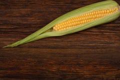 在木桌特写镜头的新鲜的玉米玉米,顶视图 免版税库存图片