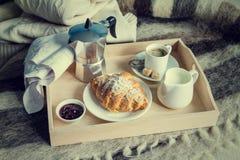用早餐在床-咖啡,新月形面包,在盘子的牛奶上 库存图片