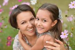 有母亲的女孩在公园 免版税库存照片