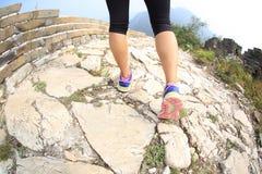 妇女运行在长城上的赛跑者腿 免版税库存照片