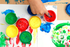 在桌上的五颜六色的手指油漆 免版税库存图片