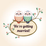 与婚姻逗人喜爱的猫头鹰的夫妇的减速火箭的徽章 免版税库存图片