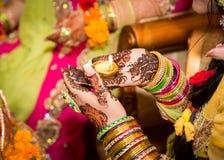 装饰的印地安新娘在她的手上的举蜡烛 焦点在手边 图库摄影