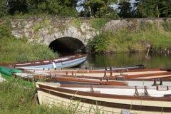 石桥梁和小船在基拉尼国家公园,凯里郡 图库摄影