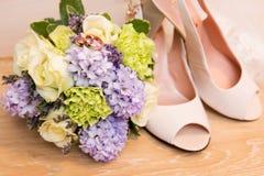 花束敲响婚姻的鞋子 免版税库存照片