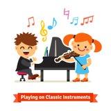 演奏在钢琴,小提琴的男孩和女孩音乐 免版税库存照片