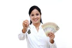 把握房子关键的女商人 免版税库存照片