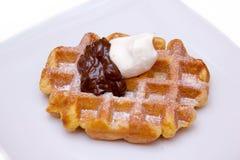 与奶油色巧克力关闭的奶蛋烘饼 库存图片