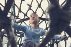 Тоннель веревочки подъема мальчика Стоковое фото RF