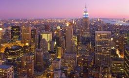 Ορίζοντας πόλεων της Νέας Υόρκης στο σούρουπο, Νέα Υόρκη, ΗΠΑ Στοκ Εικόνα