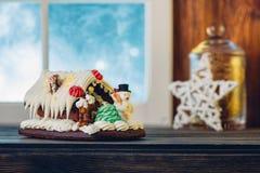 在木桌上的华而不实的屋 圣诞节装饰装饰新家庭想法 浅 库存图片