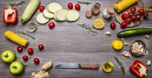 Συστατικά για ζωηρόχρωμο διάφορο τροφίμων μαγειρέματος χορτοφάγο των οργανικών υγιών τροφίμων αγροτικών λαχανικών και της θέσης έ Στοκ Φωτογραφία