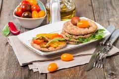 与成份的蕃茄和芝麻菜三明治 库存照片