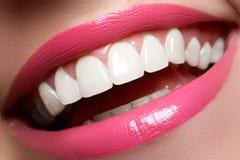 在漂白的前后,完善微笑 牙齿保护和漂白牙 与白色健康牙的微笑 健康妇女牙 免版税图库摄影