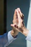 人和反射的手 免版税库存照片