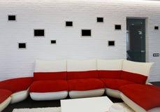 与红色沙发的现代客厅内部 免版税库存照片