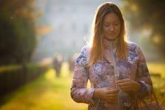 爱的年轻甜妇女,室外背后照明 情感和阴物 免版税库存图片